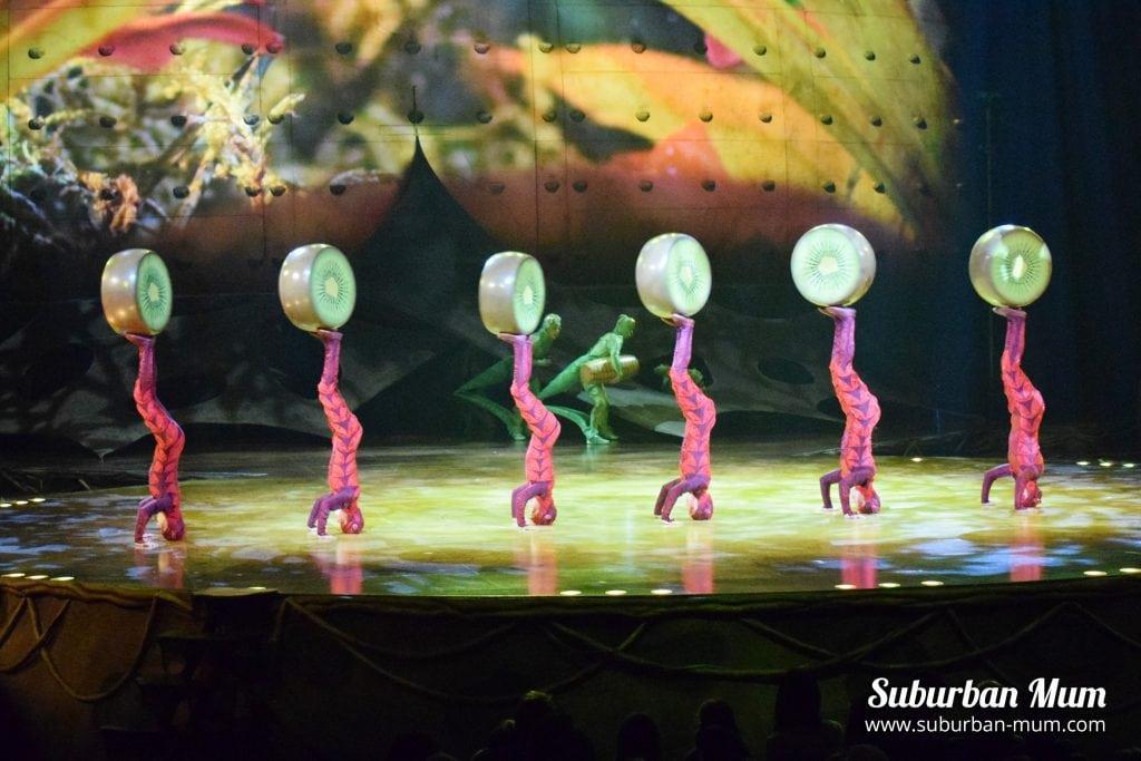 cirque-ovo-foot-juggling