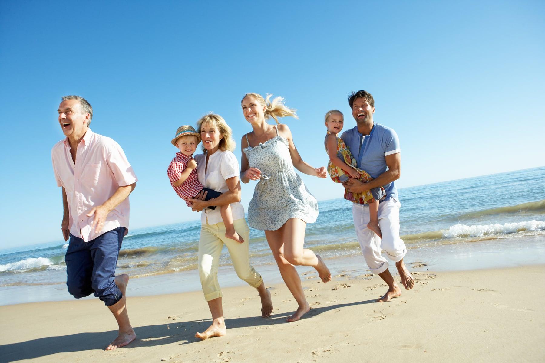что это картинка красивого дома у моря с семьей много