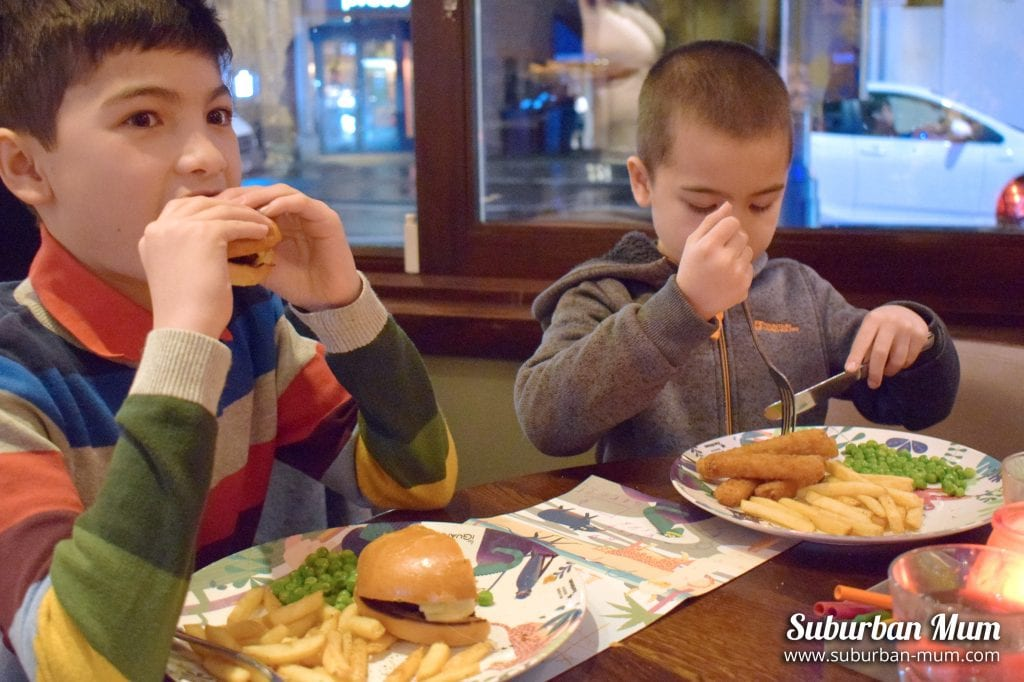 boys-eating-las-iguanas