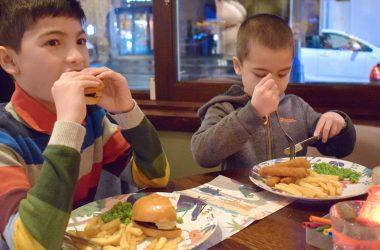 boys-eating-las-iguanas-ft