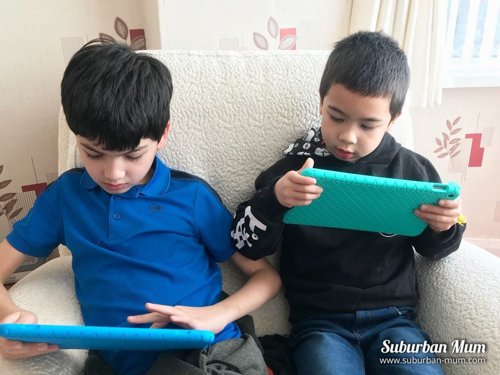 boys-on-tablets
