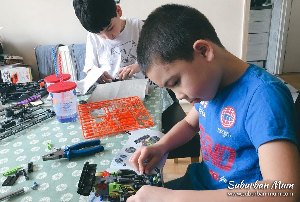 boys-building-lego