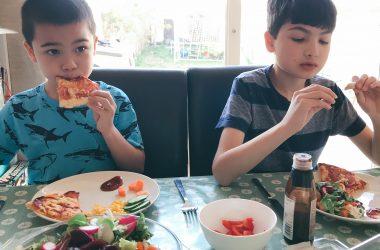 boys-eating-pizza-ft